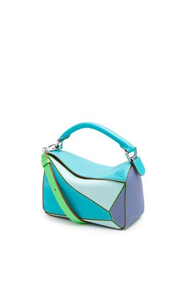 LOEWE Bolso Puzzle pequeño en piel de ternera clásica Azul Laguna/Arandano pdp_rd
