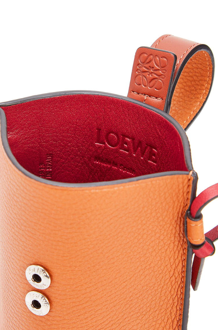 LOEWE 柔软粒面小牛皮 Pocket 手袋 Light Caramel/Pecan pdp_rd