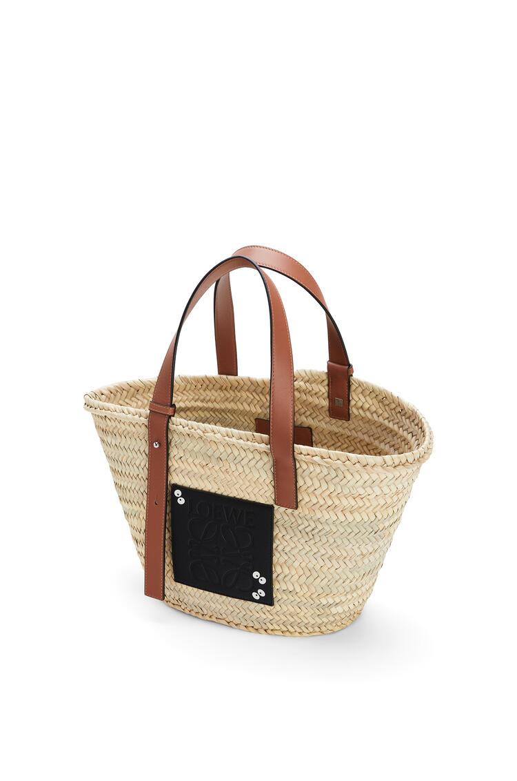 LOEWE Dust Bunnies Basket bag in palm leaf and calfskin Black/Tan pdp_rd