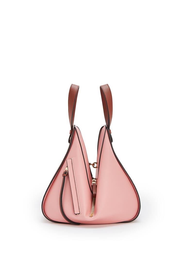LOEWE Bolso Hammock pequeño en piel de ternera clásica Bronceado/Rosa Medio pdp_rd
