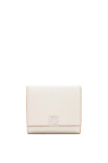 LOEWE Anagram square 8 cc wallet in pebble grain calfskin Light Ghost pdp_rd