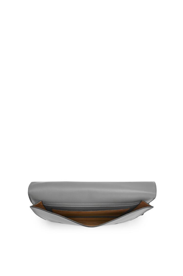 LOEWE Bolso Gusset Messenger plano en piel de ternera lisa Gris Metalico pdp_rd