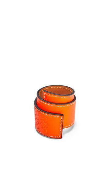 LOEWE Pulsera automática pequeña en piel de ternera clásica Naranja Neon pdp_rd