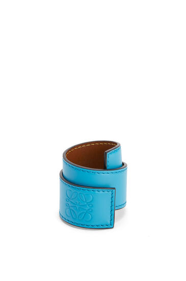 LOEWE Small slap bracelet in calfskin Peacock Blue pdp_rd