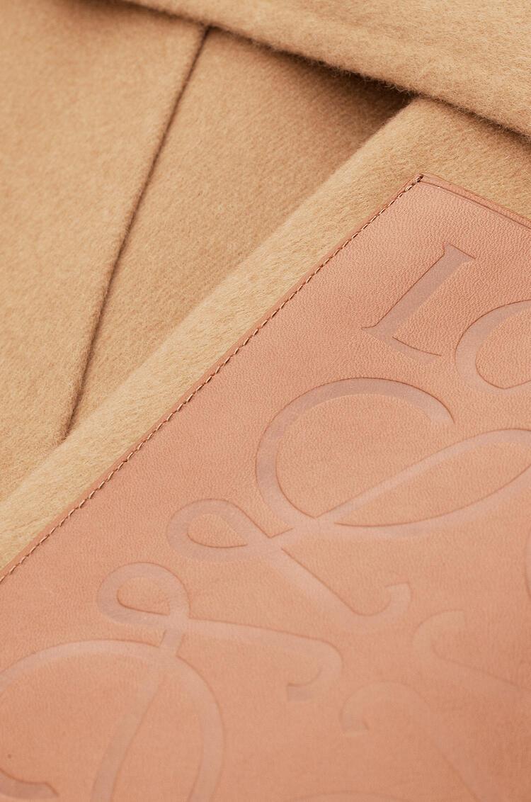 LOEWE Abrigo con cinturón oversize en cashmere y seda Camel pdp_rd