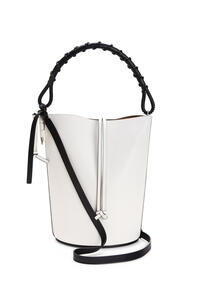 LOEWE Bolso  Gate Bucket Handle en piel de ternera natural Blanco Suave pdp_rd