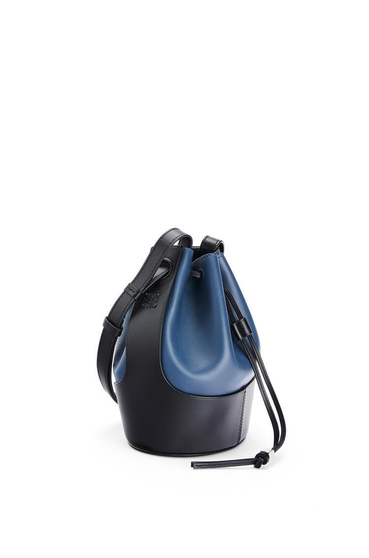 LOEWE Bolso Balloon pequeño en piel de ternera napa Indigo Dye/Negro pdp_rd