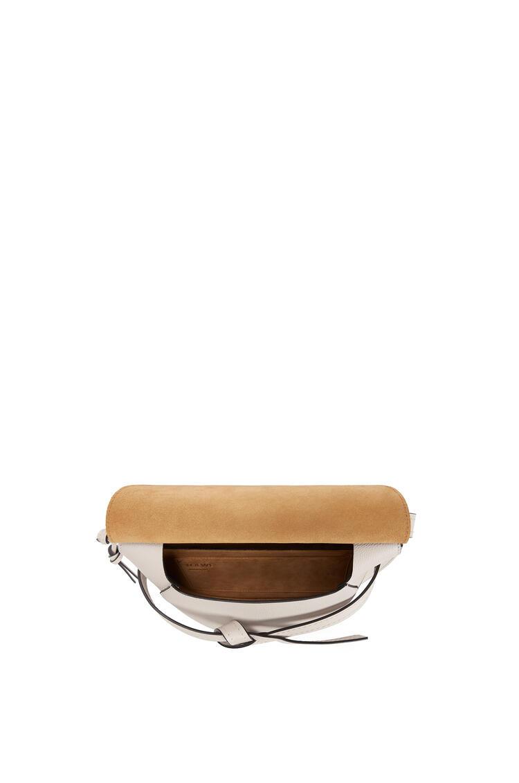 LOEWE Bolso Gate pequeño en  piel de ternera con grano suave Avena Claro pdp_rd