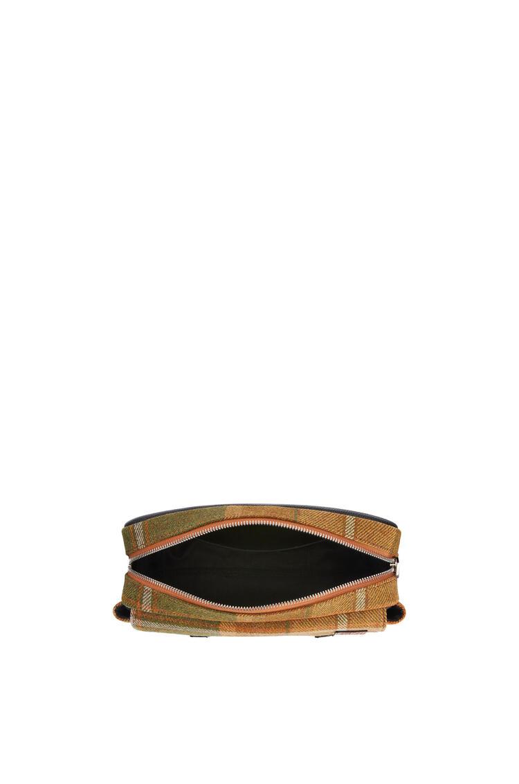 LOEWE Bolso Military Messenger XS en tejido y piel de ternera Bronceado/Negro pdp_rd