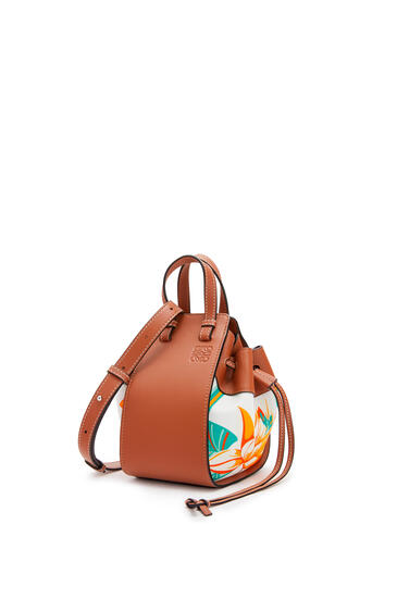 LOEWE Mini Hammock drawstring bag in calfskin and printed canvas Tan/White pdp_rd