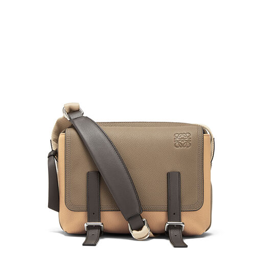 LOEWE Bolso Military Messenger Xs Topo Oscuro/Beige Desierto front
