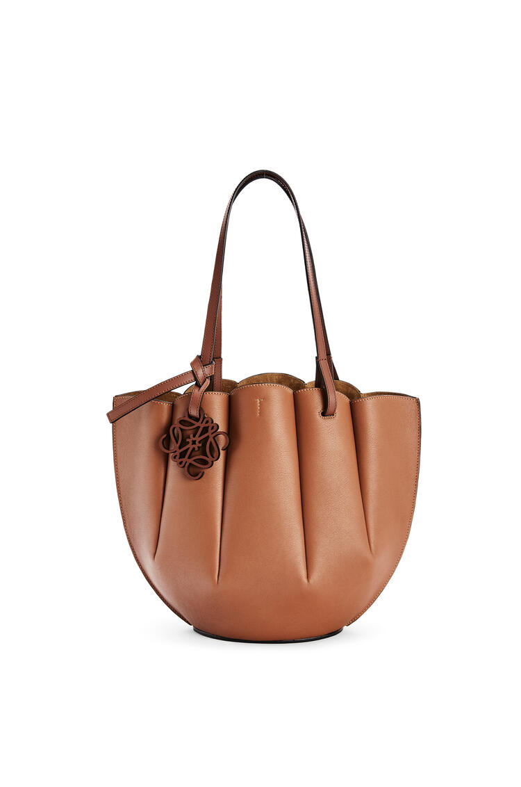 LOEWE Small Shell Tote bag in classic calfskin Tan pdp_rd
