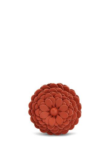 LOEWE Stud flower in calfskin Coral pdp_rd