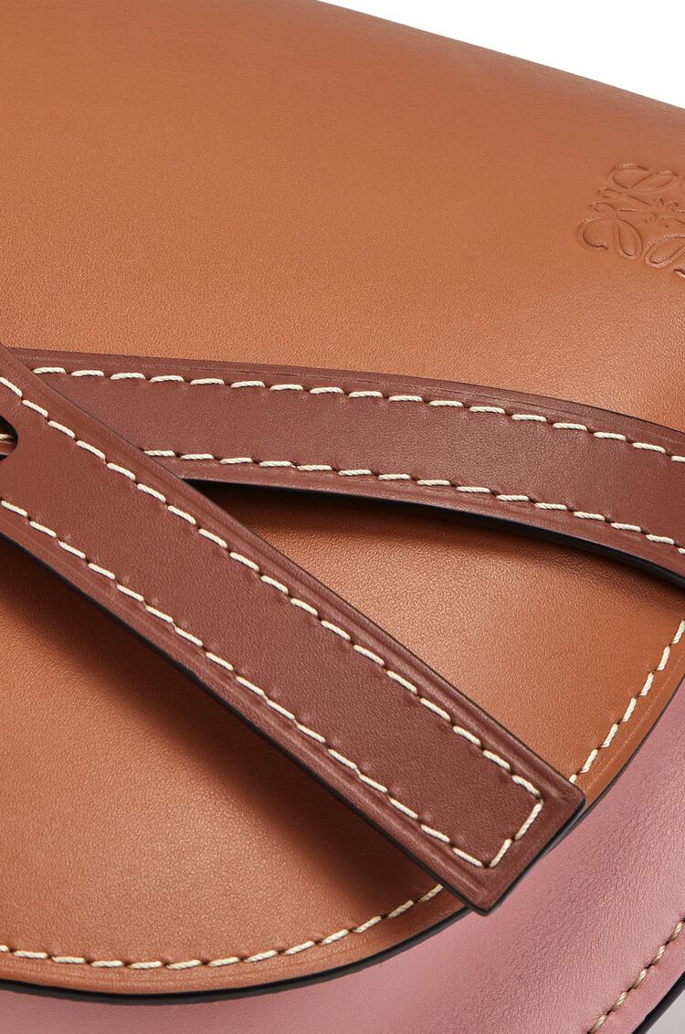 LOEWE Minibolso Gate pequeño en  piel de ternera suave Bronceado/Rosa Medio pdp_rd