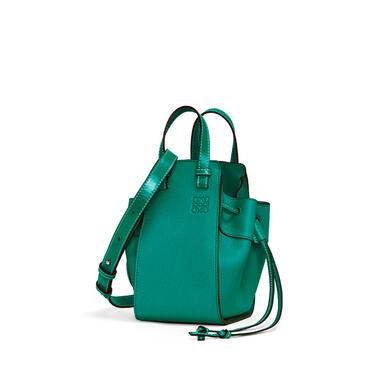 LOEWE Minibolso Hammock en piel  ternera con grano suave Verde Esmeralda pdp_rd