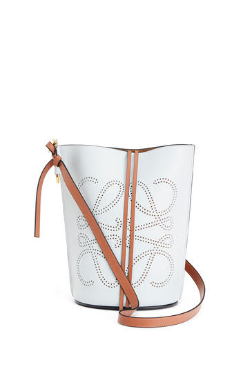 LOEWE Anagram Gate Bucket Bag In Natural Calfskin Kaolin/Tan pdp_rd