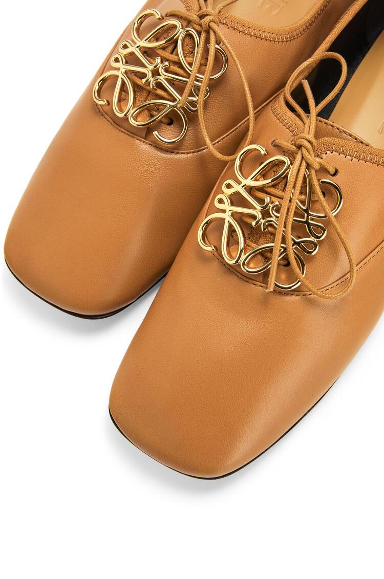 LOEWE Zapato derby en suave piel de cordero con Anagrama Beige Desierto pdp_rd