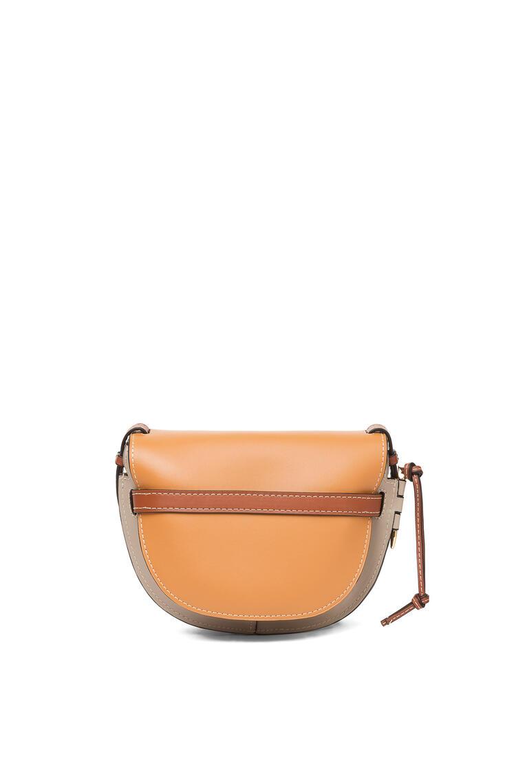 LOEWE Bolso Gate pequeño en  piel de ternera suave Ambar/Gris Claro/Color Oxido pdp_rd