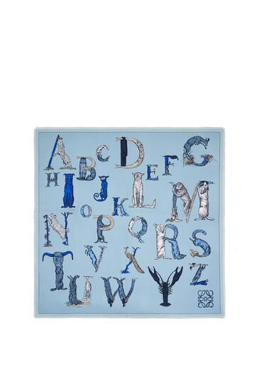 LOEWE Pañuelo de 140 x 140 cm en seda con letras Azul Claro pdp_rd