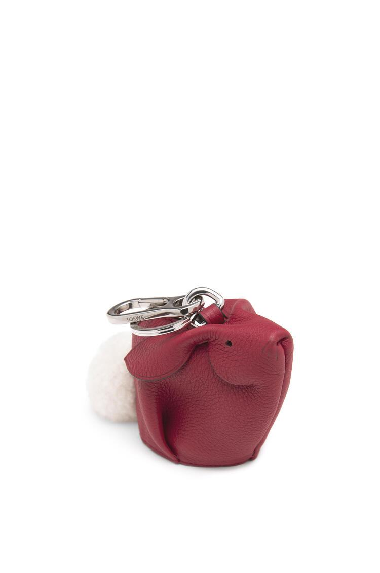 LOEWE 柔软粒面小牛皮兔子挂饰 覆盆莓色 pdp_rd
