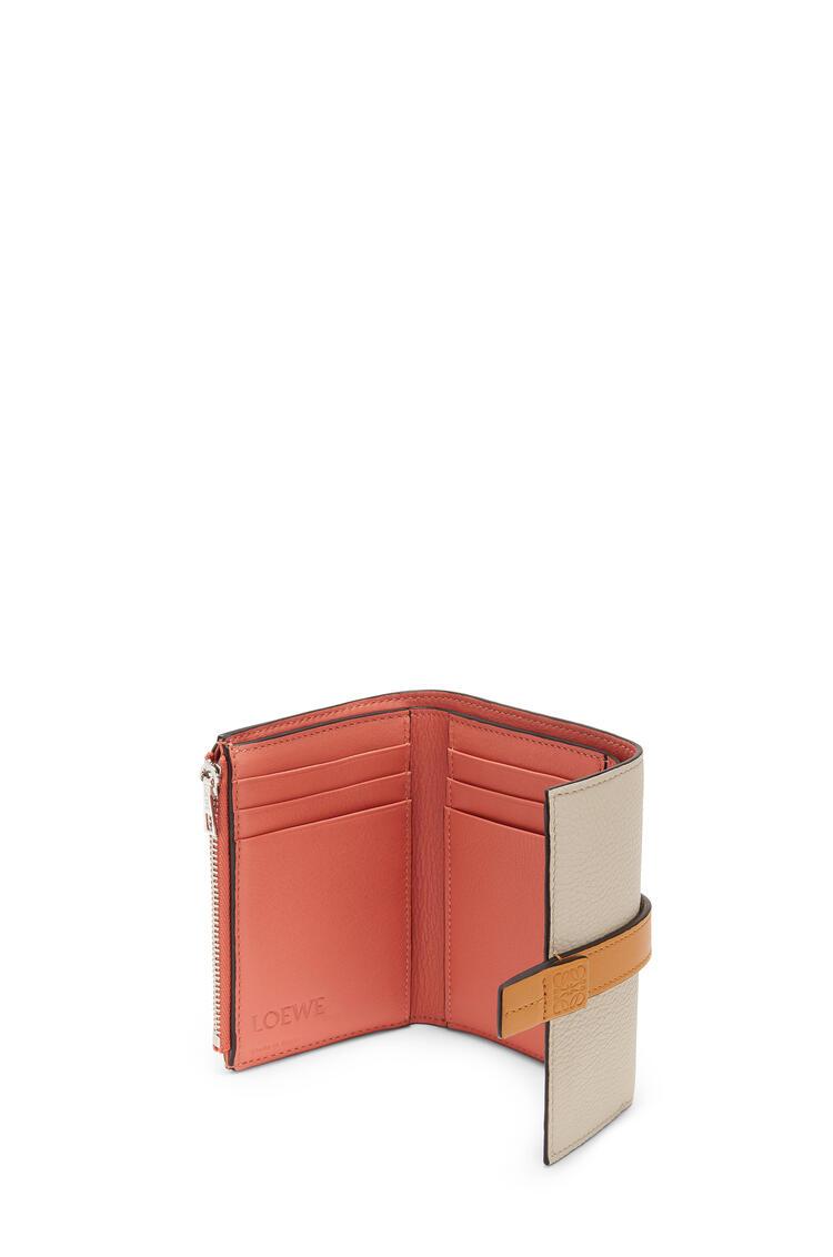 LOEWE Cartera vertical pequeña en piel de ternera con grano suave Avena Claro/Miel pdp_rd
