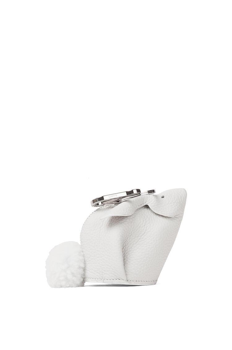 LOEWE 粒面牛皮革和剪羊毛小兔子挂饰 白色 pdp_rd