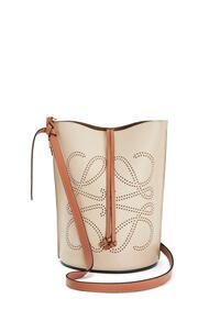 LOEWE Bolso  Gate Bucket con Anagrama en piel de ternera natural Avena Suave/Bronceado pdp_rd