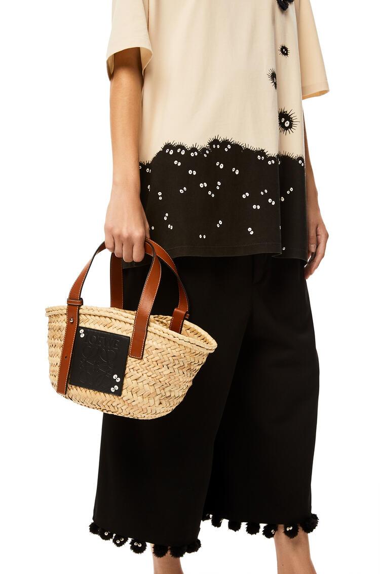 LOEWE Bolso Dust Bunnies Basket pequeño en hoja de palma y piel de ternera Negro/Bronceado pdp_rd