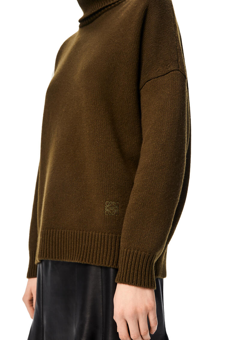 LOEWE Anagram embroidered turtleneck sweater in cashmere Khaki Green pdp_rd