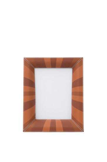 LOEWE Photo frame in grained calfskin 多調棕褐色 pdp_rd