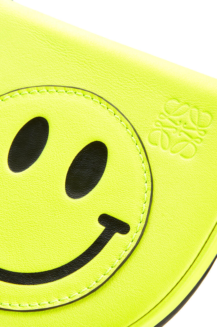 LOEWE Heel Pouch Smiley pequeño en piel de ternera suave Amarillo Neon pdp_rd