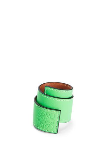 LOEWE Pulsera automática pequeña en piel de ternera clásica Verde Neon pdp_rd