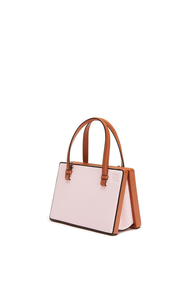 LOEWE Bolso Postal pequeño en piel de ternera natural Rosa Hielo/Bronceado pdp_rd