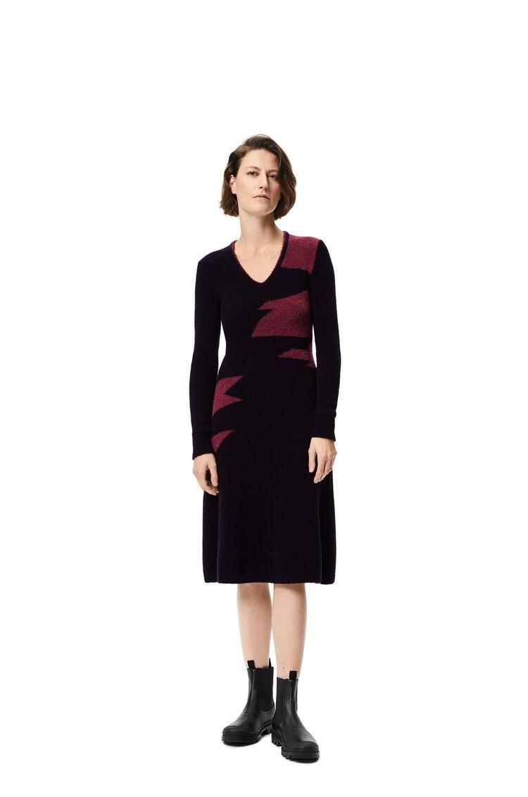LOEWE Vestido midi en lana con cuello de pico realizado en intarsia Marino/Burdeos pdp_rd