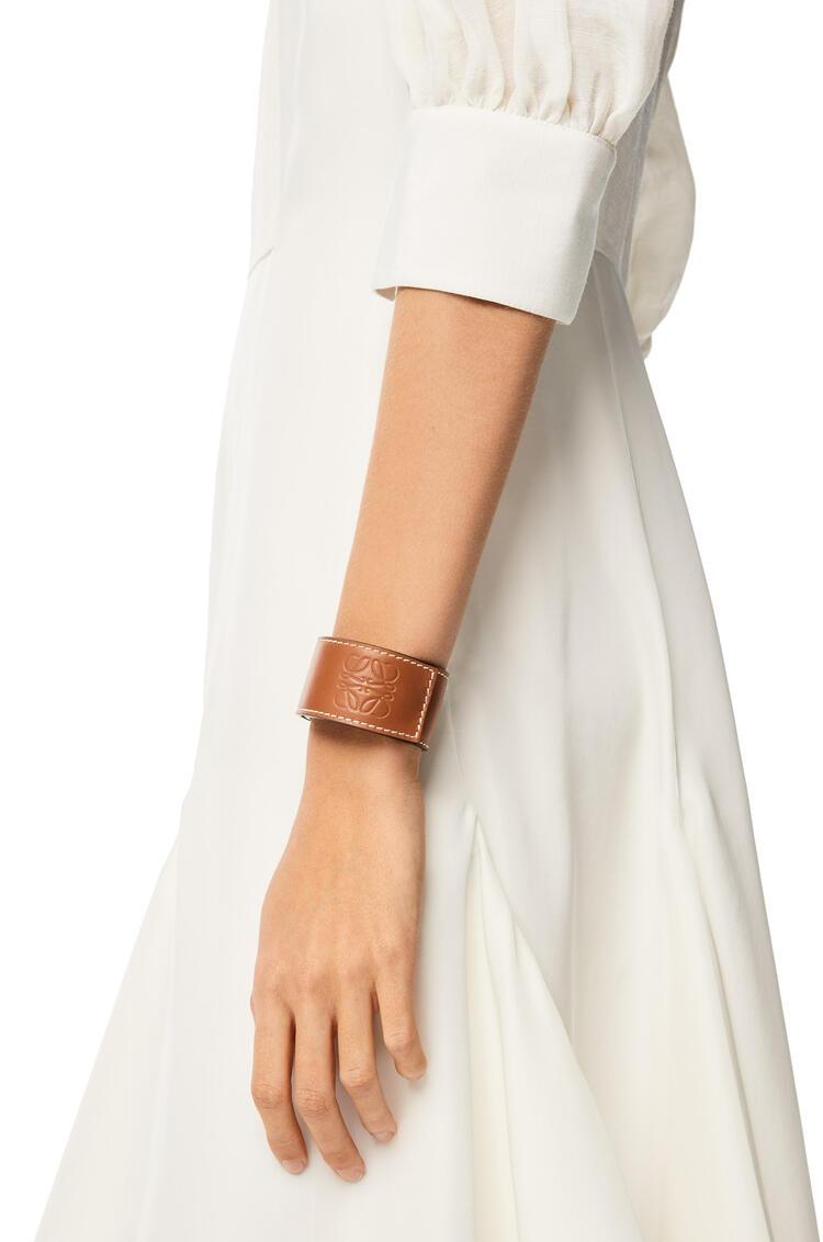 LOEWE Small slap bracelet in calfskin Tan pdp_rd