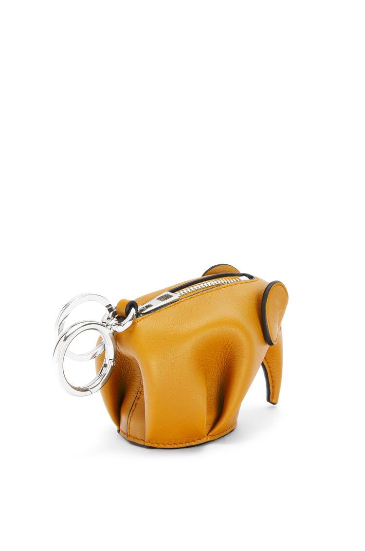 LOEWE Charm Elephant en piel de ternera clásica Amarillo Narciso pdp_rd