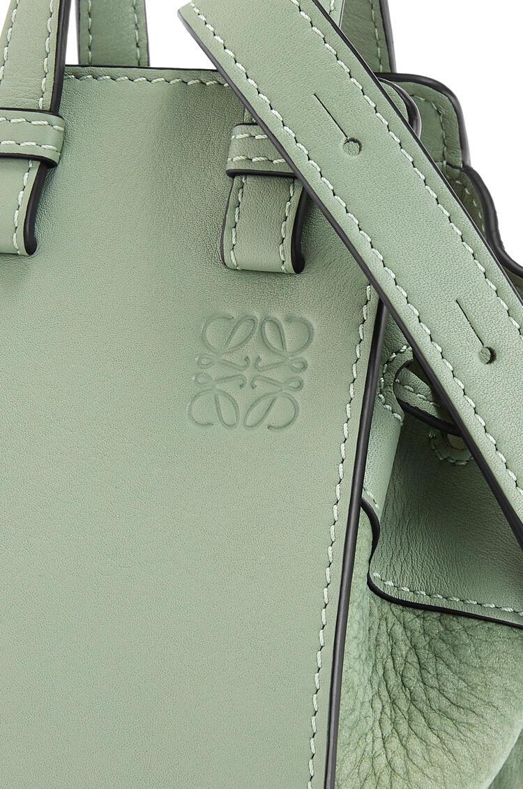 LOEWE Minibolso Hammock en piel de ternera y piel nobuck con cordón Verde Palido pdp_rd