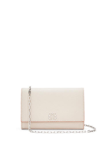 LOEWE Anagram wallet on chain in pebble grain calfskin Light Ghost pdp_rd
