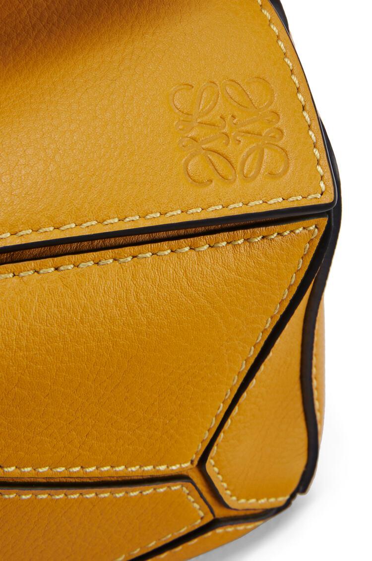 LOEWE Minibolso Puzzle en piel de ternera clásica Amarillo Narciso pdp_rd