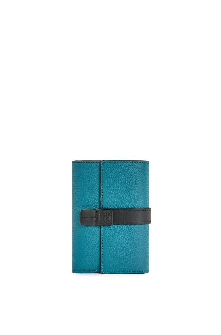 LOEWE Cartera vertical pequeña en piel de ternera con grano suave Azul Laguna Oscuro pdp_rd