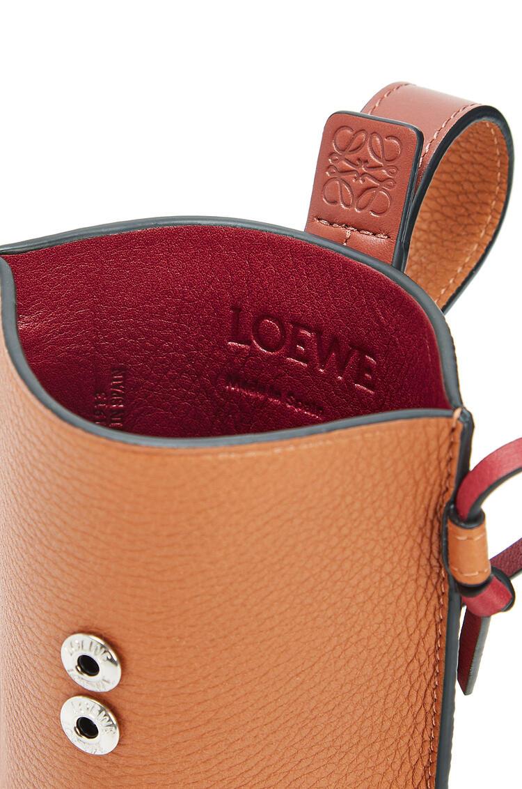 LOEWE Pocket Gate en piel de ternera de grano suave D De Leche Suave/C Pecana pdp_rd