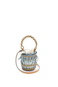 LOEWE Bolso Fringes Bucket pequeño en piel de ternera con flecos Azul Claro/Miel pdp_rd
