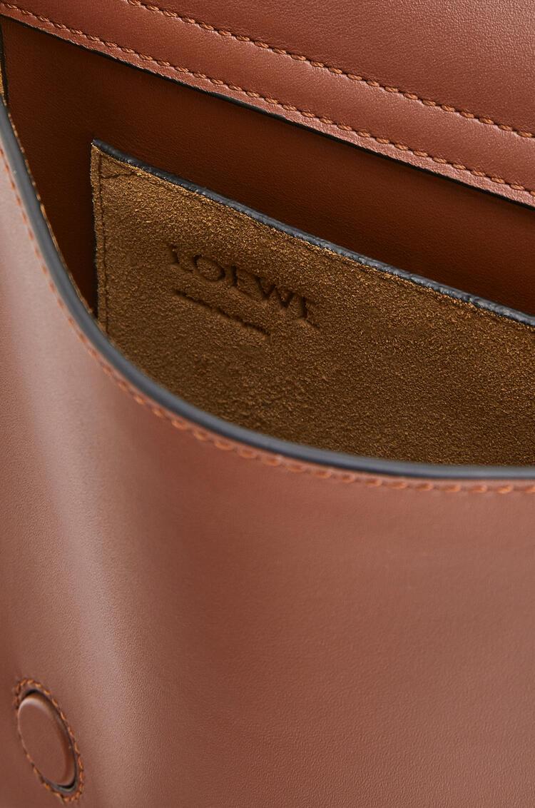 LOEWE Gusset Flat Messenger Bag In Smooth Calfskin Cognac pdp_rd