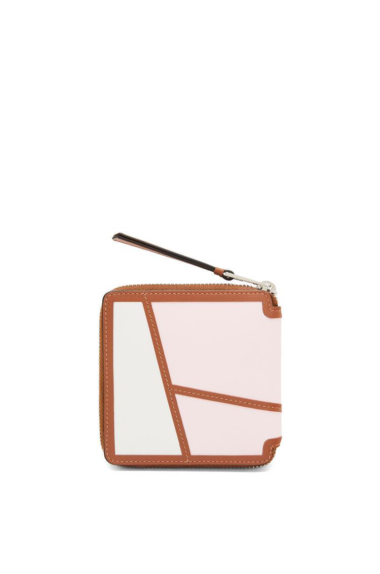 LOEWE Cartera Puzzle Square zip en piel de ternera clásica Rosa Hielo/Blanco Suave pdp_rd