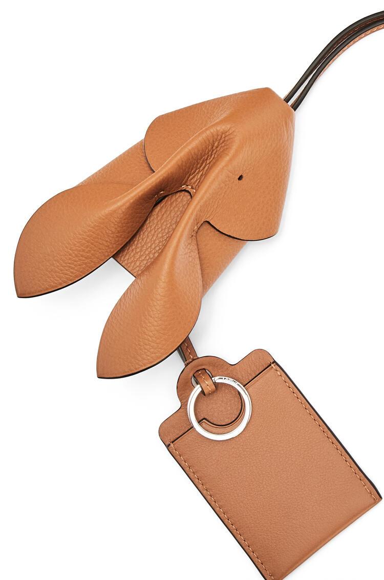 LOEWE 粒面牛皮革小兔钥匙卡包 Light Caramel pdp_rd