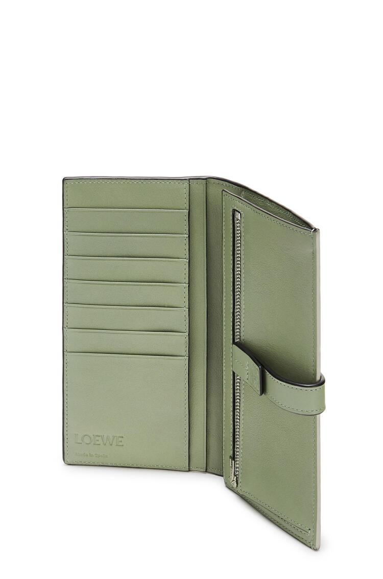 LOEWE ラージ バーティカル ウォレット (ソフト グレイン カーフスキン) Sage/Pale Green pdp_rd
