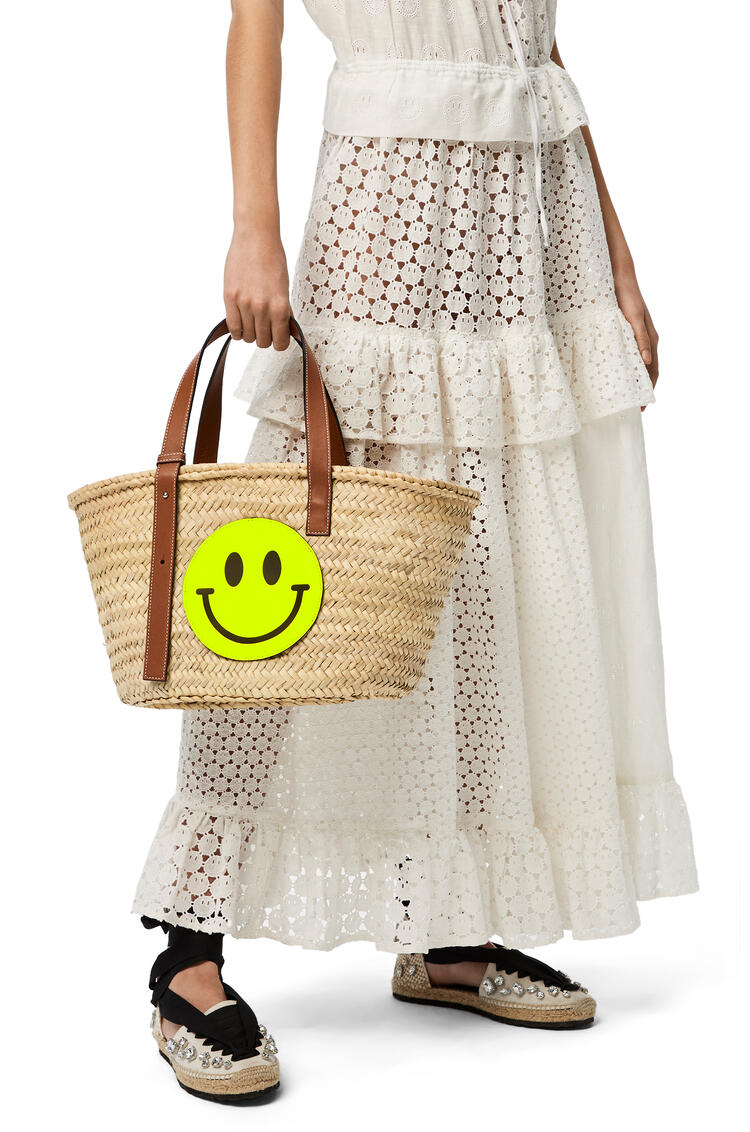 LOEWE Smiley Basket bag in palm leaf and calfskin Natural/Neon Yellow pdp_rd