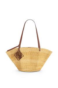 LOEWE Bolso Shell Basket pequeño en hierba de elefante y piel de ternera Natural/Color Pecana pdp_rd