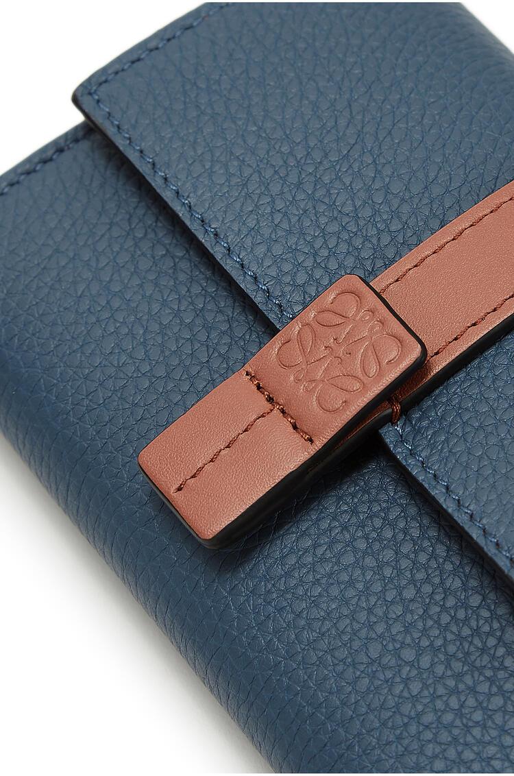 LOEWE Cartera vertical pequeña en piel de ternera con grano suave Azul Acero/Bronceado pdp_rd