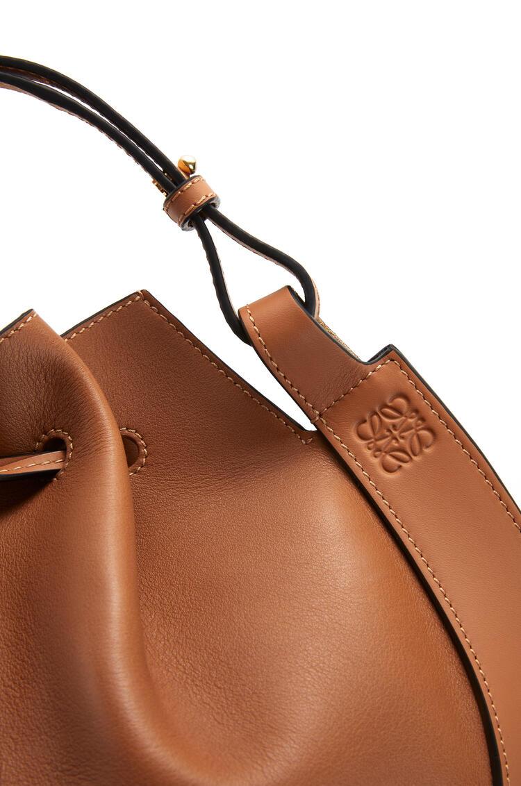 LOEWE Bolso Horseshoe pequeño en piel de ternera napa Bronceado pdp_rd
